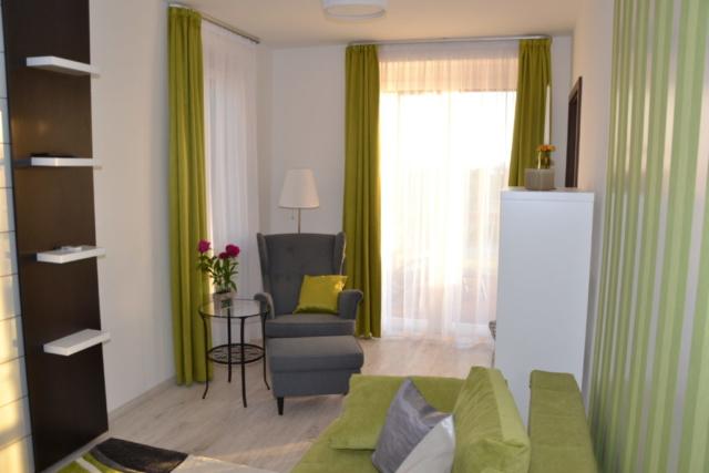 Aranymandula Apartmanok - emeleti nappali kilátással a Balatonra