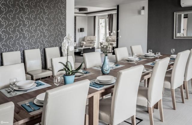 Közösségi tér nappalival, konyhával, terasszal