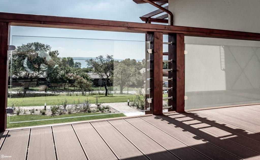 Tágas, kényelmes terasz balatoni kilátással